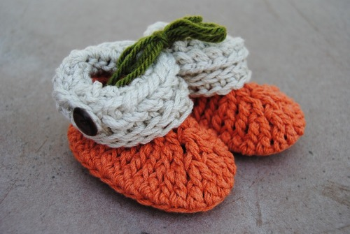 I managed to make another pair of the Moogy's Ups and Downs Baby Booties. I love this yarn. It's from Berocco and it's a blend of cotton and acrylic and it's called Weekend. I think it is perfect for these little booties. This is one of the projects that we will be doing at our KS My Stitch Crochet Guild retreat coming up in September.
